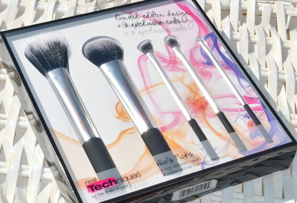 Image of the makeup brush set inside the clear box packaging
